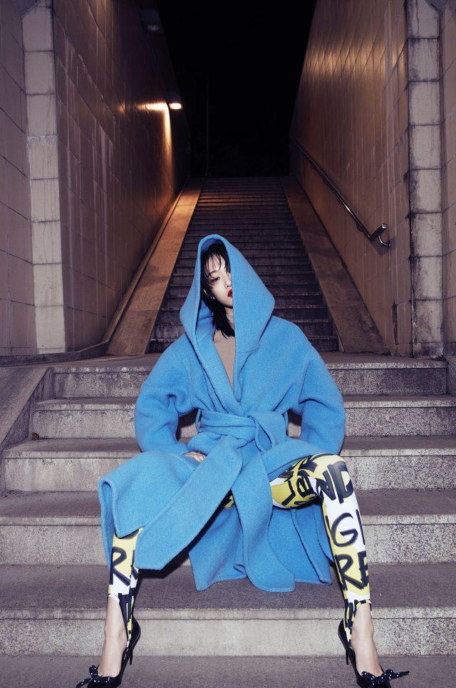 가운 스타일의 코트, 그래피티 패턴의 레깅스, 보 장식의 하이힐은 모두 Burberry 제품.