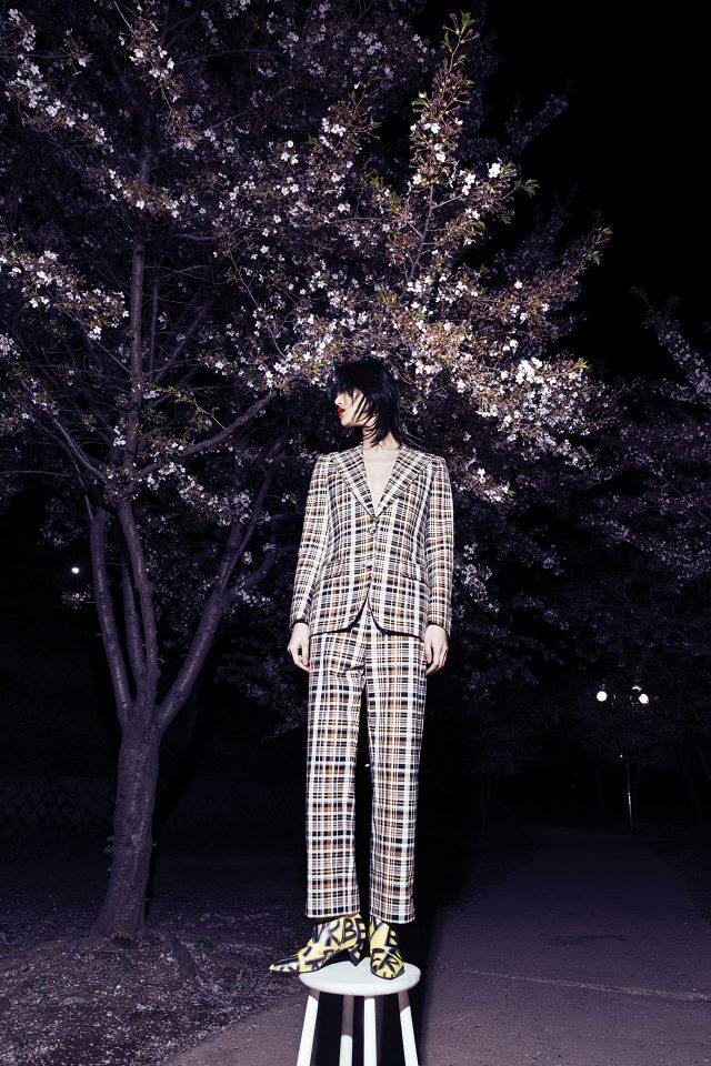 빈티지한 체크 프린트의 재킷과 팬츠, 그래피티 패턴의 부티는 모두 Burberry 제품.