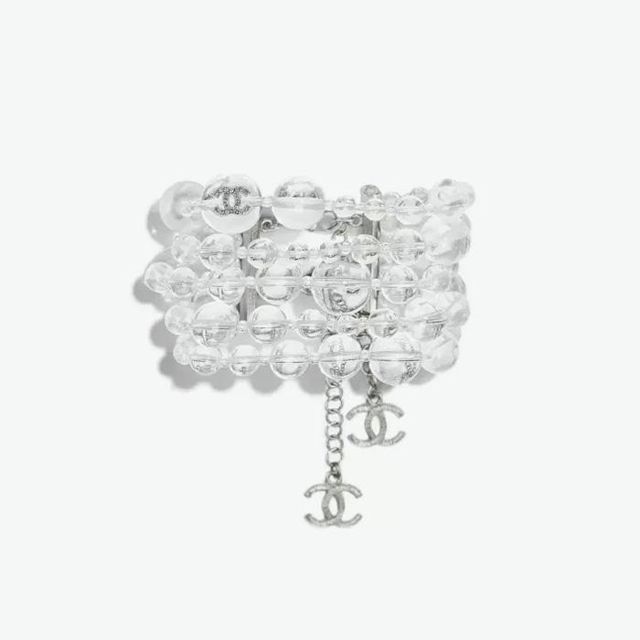 볼드한 투명 뱅글은 Chanel 제품.