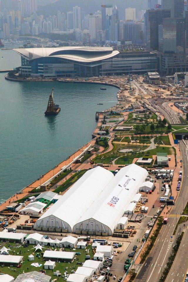 하버프런트의 텐트에서 열리는 위성 아트 페어 아트 센트럴 전경.