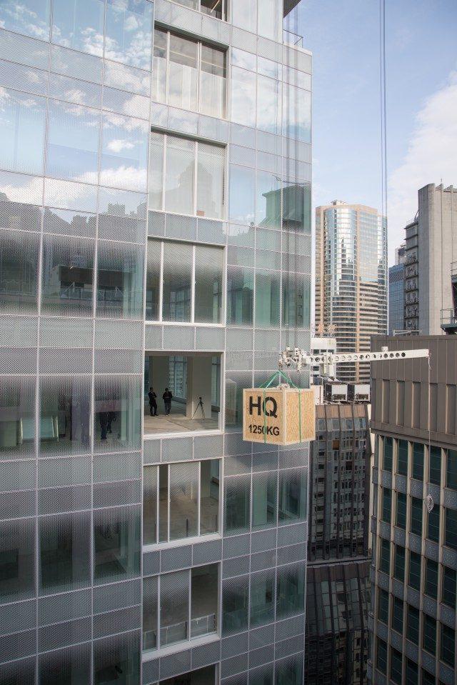 H 퀸스 빌딩은 각 갤러리 플로어에서 파사드를 통해 작품 운반이 가능한 리프팅 시스템을 특징으로 한다.