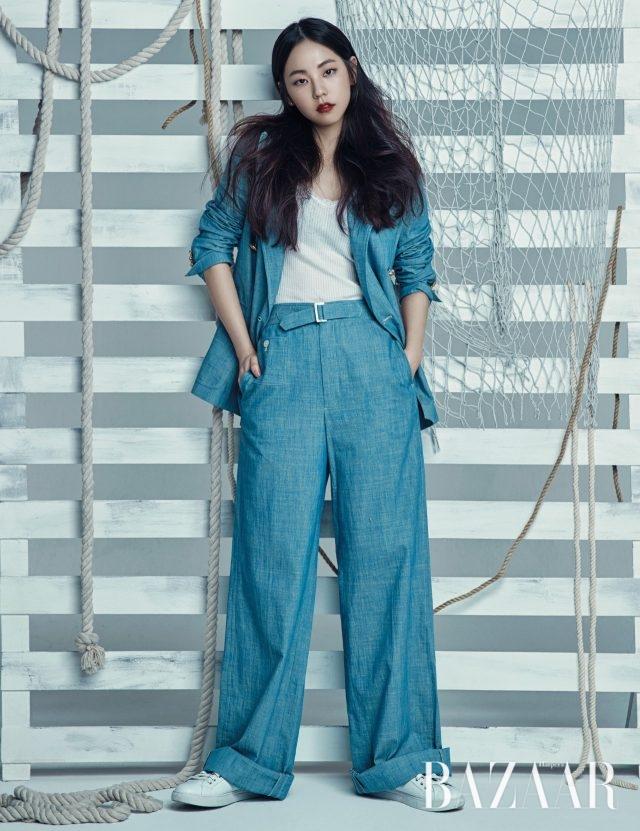 매니시한 더블 브레스트 재킷은 50만원대, 벨티드 와이드 팬츠는 20만원대, 슬리브리스 톱은 6만원대, 베이식한 스니커즈는 18만원대로 모두 Polo Ralph Lauren 제품.