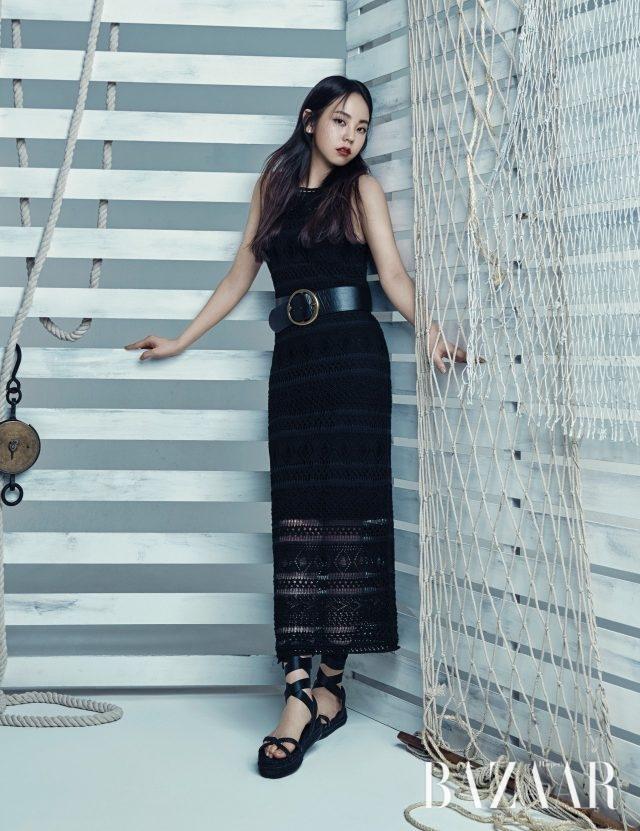니트 소재의 슬리브리스 롱 드레스는 80만원대, 와이드 벨트는 30만원대, 스트랩 디테일의 에스파드리유는 30만원대로 모두 Polo Ralph Lauren 제품.