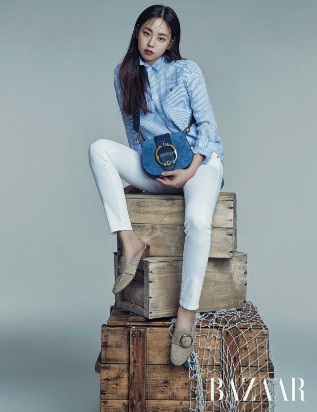 스트라이프 패턴의 리넨 셔츠는 19만원대, 스키니 진은 19만원대, 주얼 장식의 레녹스 백은 60만원대, 레녹스 블로퍼는 30만원대로 모두 Polo Ralph Lauren 제품.