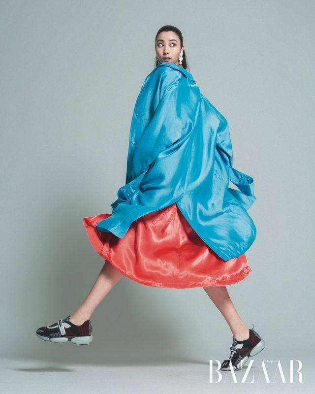 오버사이즈 재킷은 301만원으로 Off White, 슬리브리스 드레스는 Nina Ricci, 플라워 모티프 귀고리는 9만8천원으로 Gemma Alus, 벨크로 장식을 더한 스니커즈는 90만원대로 Prada 제품.