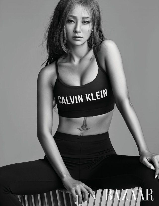 볼드한 로고가 새겨진 스테이트먼트 로고 브라 톱과 레깅스는 모두가격 미정으로 Calvin Klein Performance 제품.