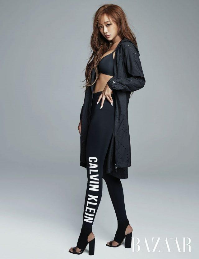 블랙 스트럭처 마이크로 푸시업 브라는 15만9천원으로 Calvin Klein Underwear, 레이저 로고의논 우븐 재킷은 29만9천원, 로고 포인트의 레깅스는 가격 미정으로 모두 Calvin Klein Performance, 슈즈는 스타일리스트 소장품.