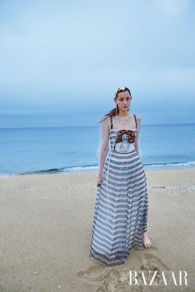 니키 드 생팔의 일러스트가 담긴 드레스는 Dior, 한복 저고리에서 영감을 받은 시스루 볼레로는 38만원으로 YCH, 골드 귀고리는 34만원으로 Loewe 제품.