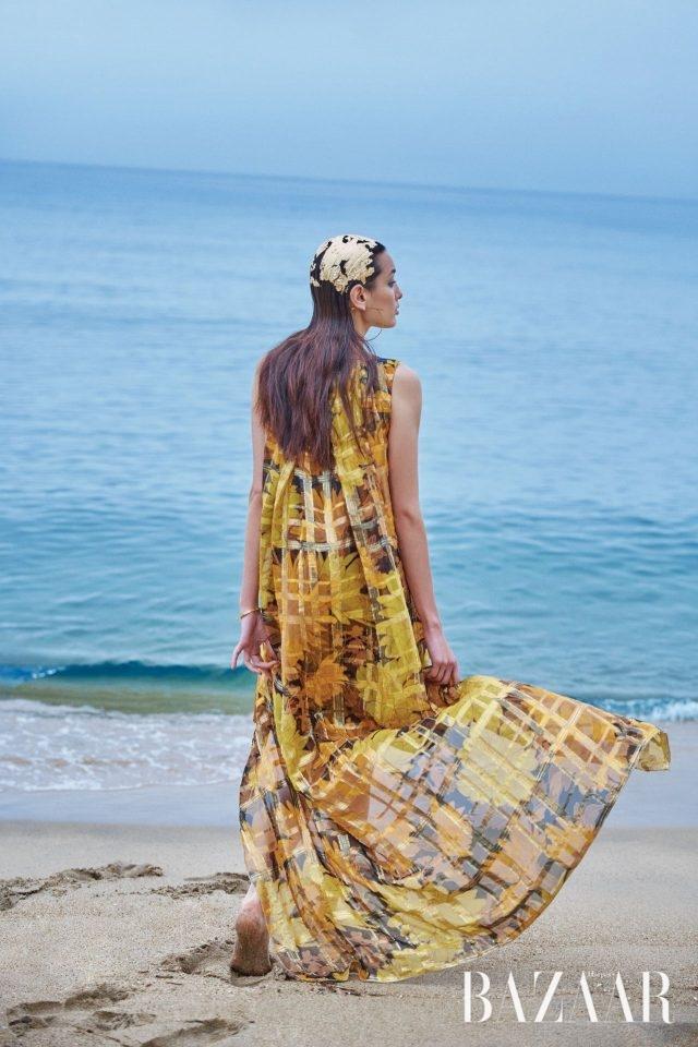 큼직한 플로럴 프린트와 체크 패턴이 어우러진 드레스는 Dries Van Noten, 간치노 모티프의 후프 귀고리는 42만원, 뱅글은 가격 미정으로 모두 Salvatore Ferragamo 제품.