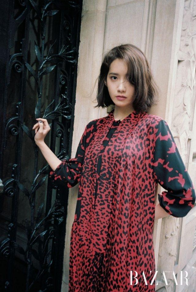보타이 칼라가 달린 레오퍼드 프린트 드레스는 Givenchy 제품.