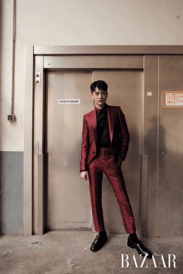 강렬한 레오퍼드 패턴의 수트, 셔츠, 프린지 장식의 로퍼는 모두 Givenchy 제품.