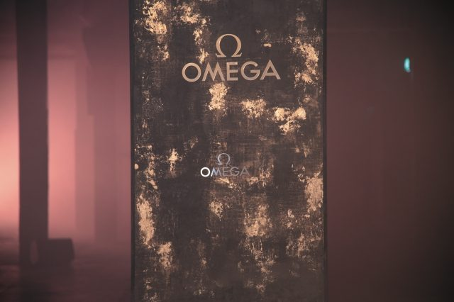 크라프트베르크 1층 기둥마다 장식된 금빛 오메가 로고.