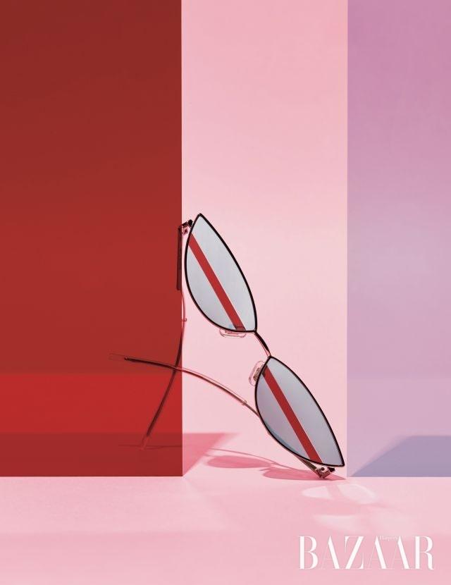 렌즈에 가미된 강렬한 레드 라인이 돋보이는 선글라스는 32만원으로 Gentle Monster