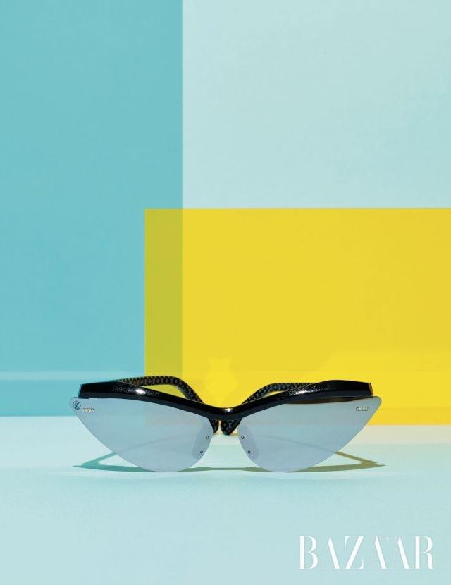 애슬레틱한 실루엣의 미러 렌즈 선글라스는 79만원으로 Louis Vuitton
