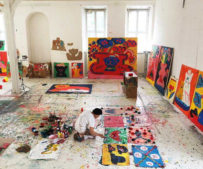 코펜하겐의 작업실에서 열중하고 있는 미사키 카와이.
