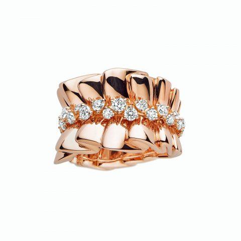 엄지 손가락에 착용한 드레스의 러플 실루엣을 담은 ARCHI DIOR 'BAR EN COROLLE' 링은 Dior Fine Jewelry 제품.