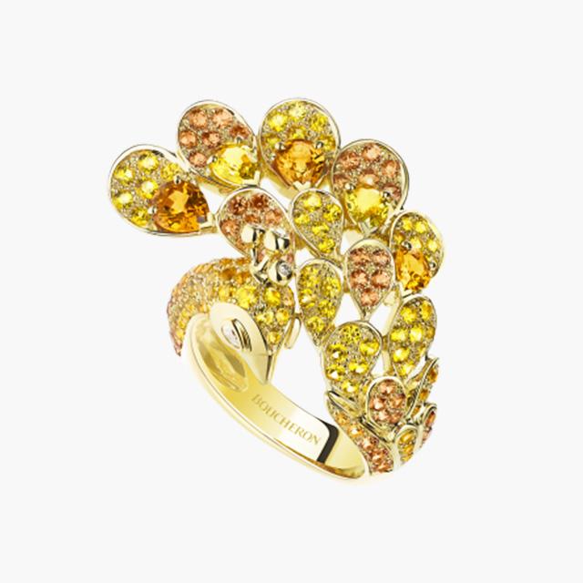 옐로우 사파이어와 다이아몬드로 공작새를 연상한 '헤라, 피콕 링'은 Boucheron 제품.