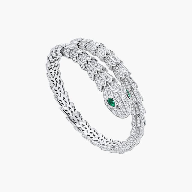 뱀에서 영감받은 화이트 골드 소재의 다이아몬드와 에메랄드가 세팅된 '세르펜티 투볼라리' 브레이슬릿은 Bulgari 제품.