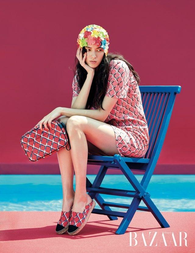 팝한 격자 패턴의 저지 소재 원피스, 파우치 백, 캔버스 소재의 에스파드리유는 모두 Chanel 제품.
