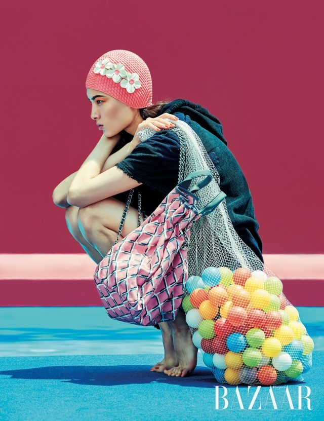 테리 소재의 집업 원피스, 데님 소재의 드로스트링 백은 모두 Chanel 제품.