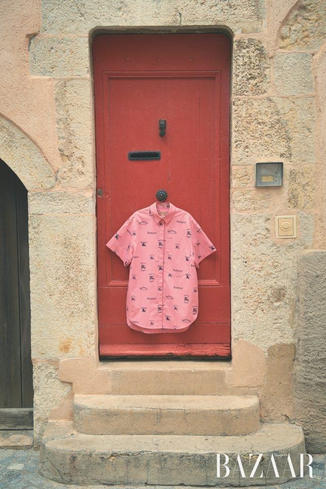 아카이브 로고 프린트의 반소매 셔츠는 62만원으로 Burberry 제품.