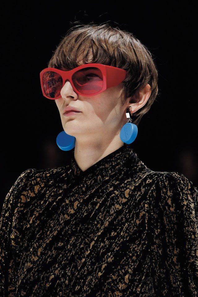 스노보더의 고글을 연상케 하는 선글라스.