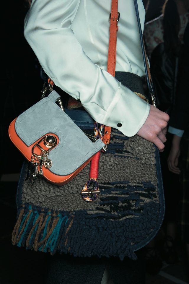 서로 다른 두 개의 숄더백을 레이어드한 가방 스타일링.