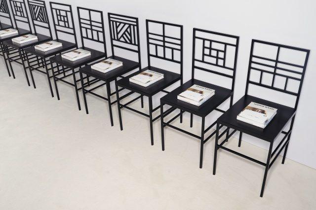고드윈의 작품을 연상케 하는 기하학적인 패턴의 의자에 놓인 '로에베 클래식 북'.