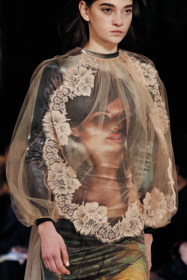 J.H 린치의 작품이 담긴 드레스.