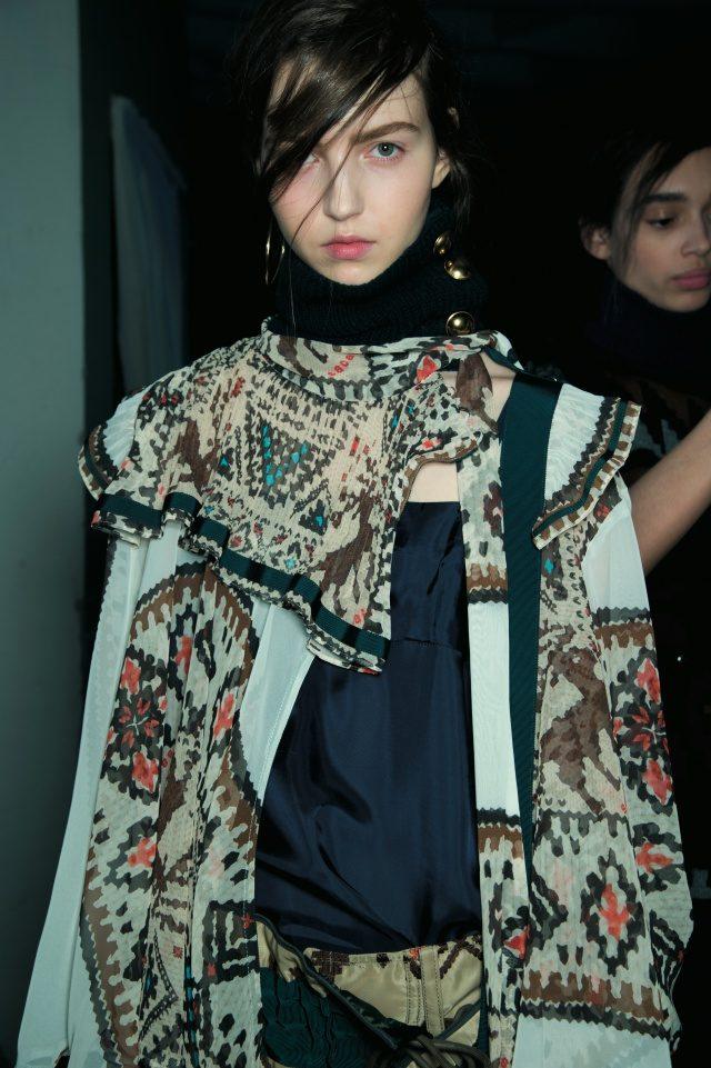 이국적인 프린트 룩을 입은 모델 마리아 클라라.