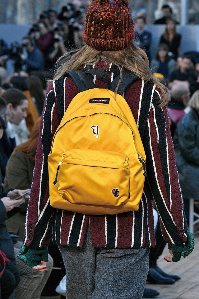 스쿨 룩 스타일을 완성해주는 컬러풀한 백팩.