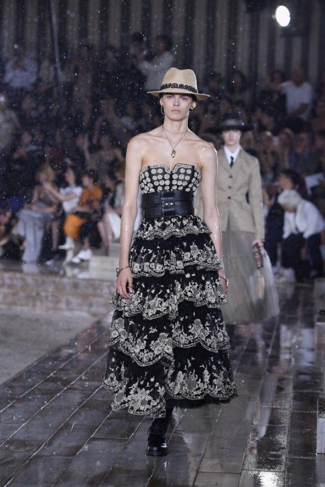 스티븐 존스가 만든 라피아 모자는 전통 방식에 따른 자수 장식과 블랙을 가미한 그래픽 버전으로 완성된 레이스와 쿨한 매치를 이룬다.