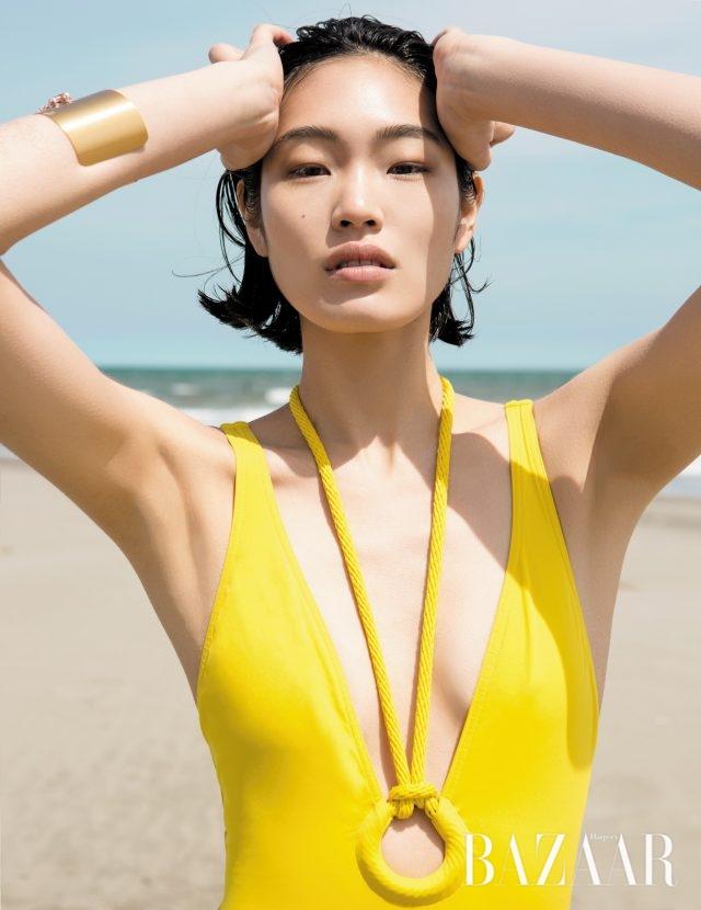 로프 디테일로 컷아웃 효과를 더한 스윔수트는 Hermès, 골드 커프는 38만원으로 Tani by Minetani 제품.