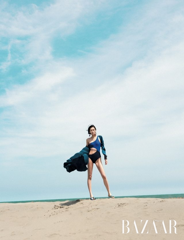 과감한 컷아웃 디테일과 컬러 블로킹의 원 숄더 스윔수트는 12만9천원으로 Daze Dayz, 실크 로브는 207만1천원으로 La Perla,볼드한 귀고리는 2만5천원으로 Zara, 슬라이드는 85만원으로 Emilio Pucci 제품.