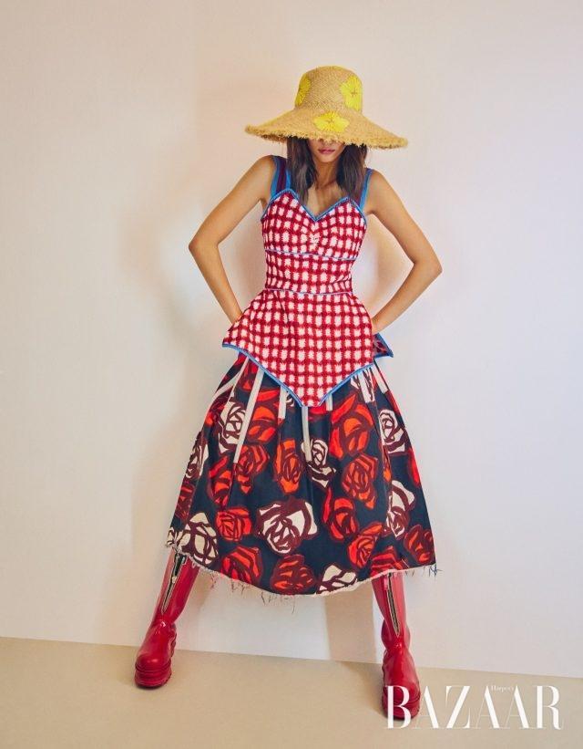 풀 스커트, 레이어드한 미니 드레스, 부츠는 모두 가격 미정으로 Marni, 플라스틱 귀고리는 5만9천원으로 Fruta by Paris Shop, 슬라우치 모자는 17만5천원으로 Ordinary Day 제품.