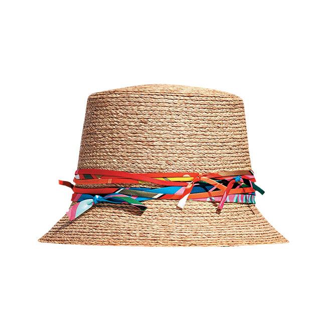 뜨거운 햇빛을 피할 수 없다면 라피아 모자를 챙긴다. 모자는 Hermès