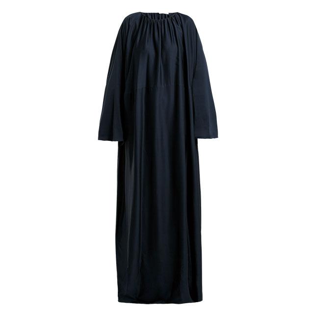 편안한 실루엣이지만 이브닝웨어로도 손색없는 드레스는  The Row
