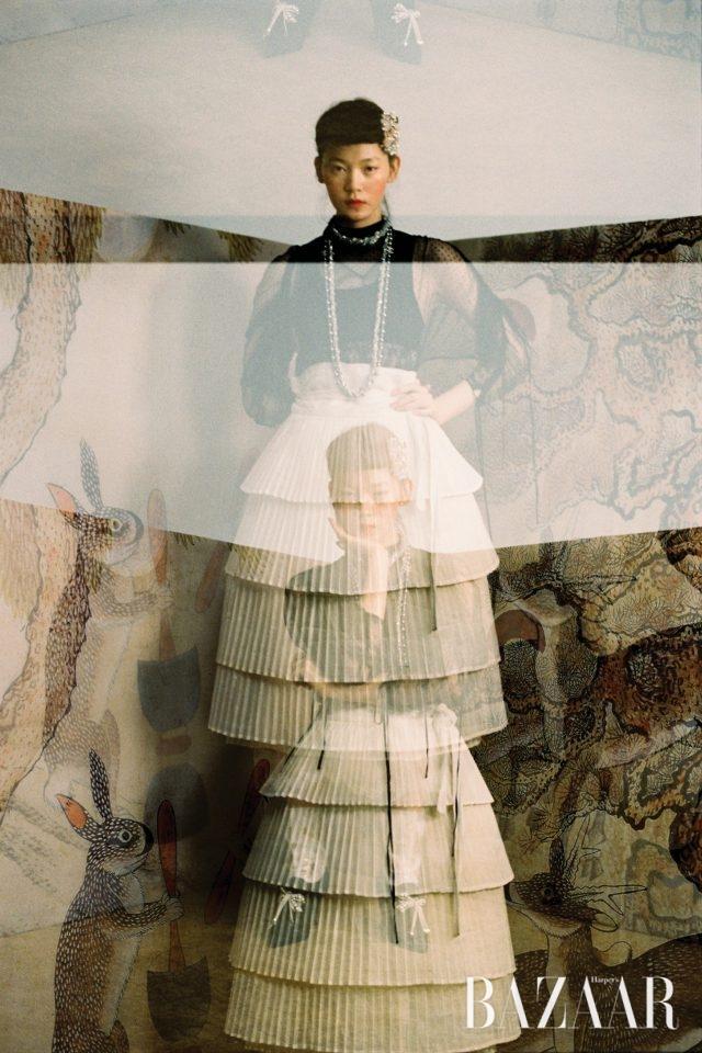 섬세한 레이스와 시폰 소재가 어우러진 롱 드레스는 Burberry, 머리 장식, 겹겹으로 이루어진 플리츠 장식의 허리치마는 모두 Moonaoq, 초커와 롱 네크리스가 결합한 주얼리, 진주 장식의 새틴 소재 부티는 모두 Chanel 제품.화조도, 19세기, 8첩 병풍, 종이에 채색, 각 57.4×33.8cm, 개인 소장.