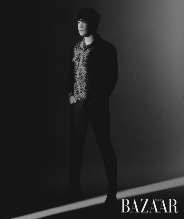 팬츠는 Saint Laurent by Anthony Vaccarello, 재킷과 슈즈는 스타일리스트 소장품.