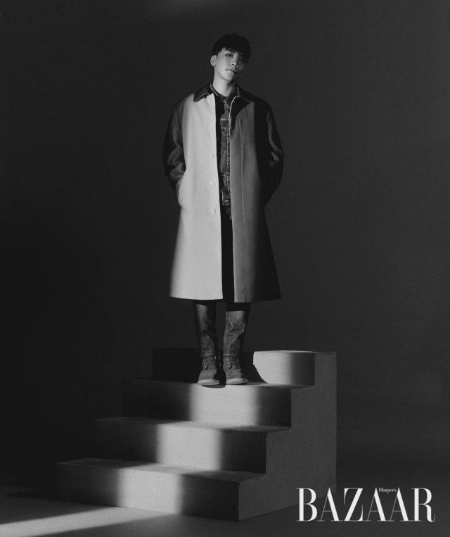 코트는 Namacheko by10 Corso Como, 데님 재킷은 Visvim, 팬츠와 슈즈는 스타일리스트 소장품.