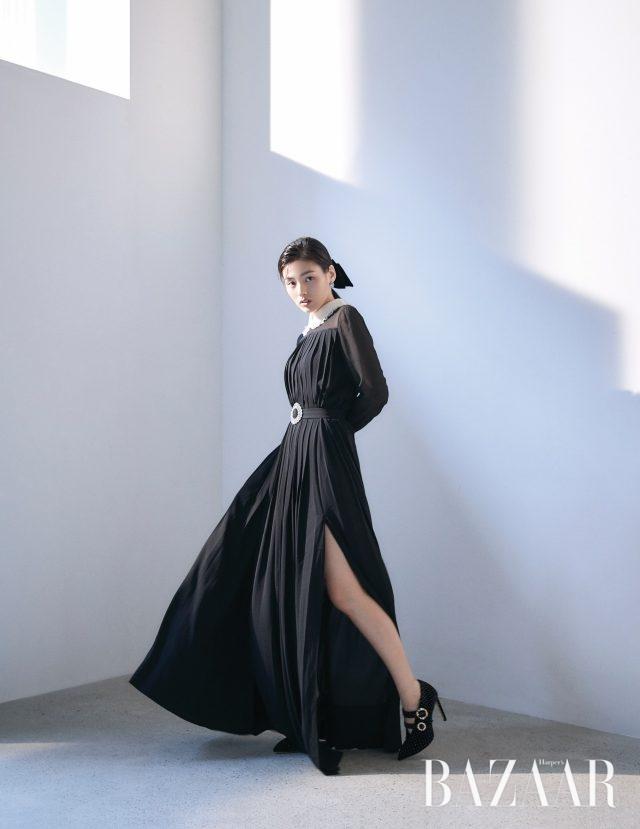 크리스털 벨트 장식이 있는 슬릿 드레스, 헤어 리본은 모두 Miu Miu, 귀고리는 Mzuu, 큐빅 버클 장식의 신발은 Jimmy Choo 제품.