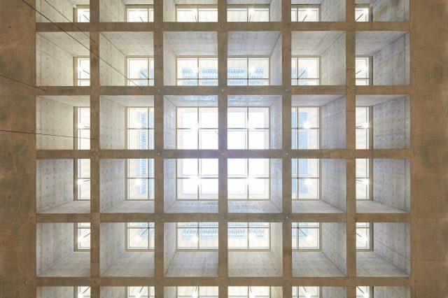 1층부터 3층까지 이어진 아트리움 공간에는 약 16m 층고의 유리 천장 빛이 내린다.