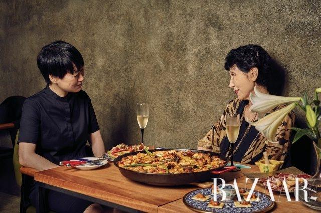 천운영과 노라노의 점심 식사.테이블에 있는 백합은 노라노의 팬이라는 천운영 작가의 어머니가 준비하였다.