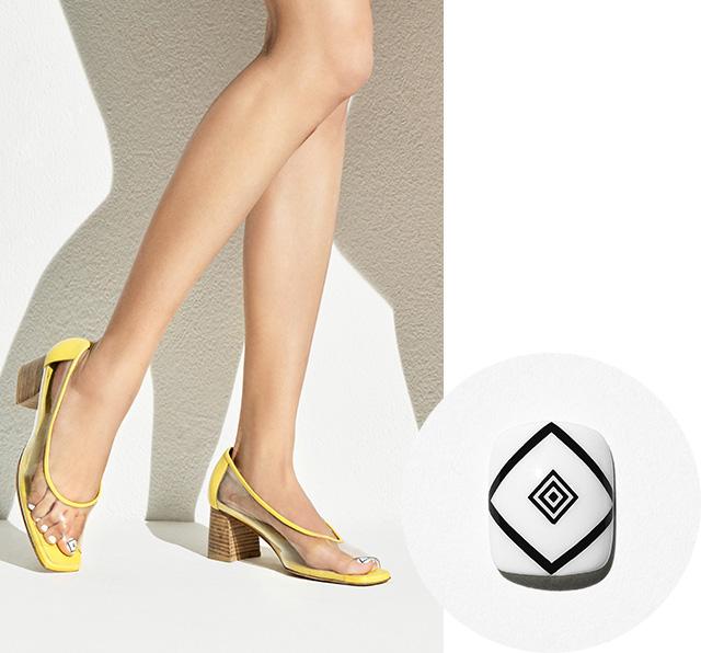 옐로 라이닝이 포인트인 PVC 슈즈는 Recto 제품.