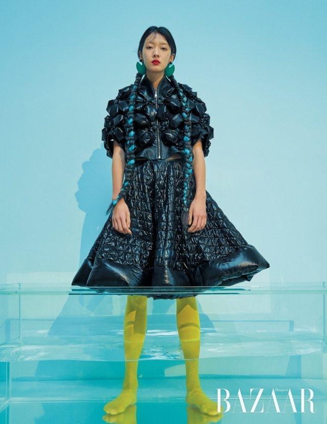 코쿤 실루엣의 다운 재킷은 779만원, 다운 소재 플레어스커트는 184만원으로 모두 6 Moncler Noir Kei Ninomiya, 귀고리는 28만원대로 Marni by Net-A-Porter 제품.