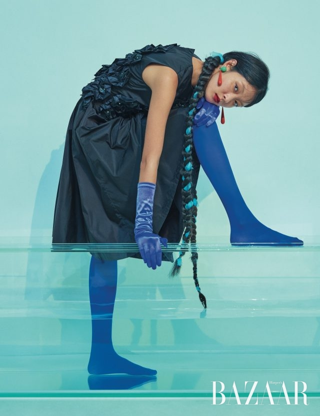 플라워 코르사주 장식 원피스는 325만원으로6 Moncler Noir Kei Ninomiya, 귀고리는 20만원대로 Toga Pullaby Mue 제품.