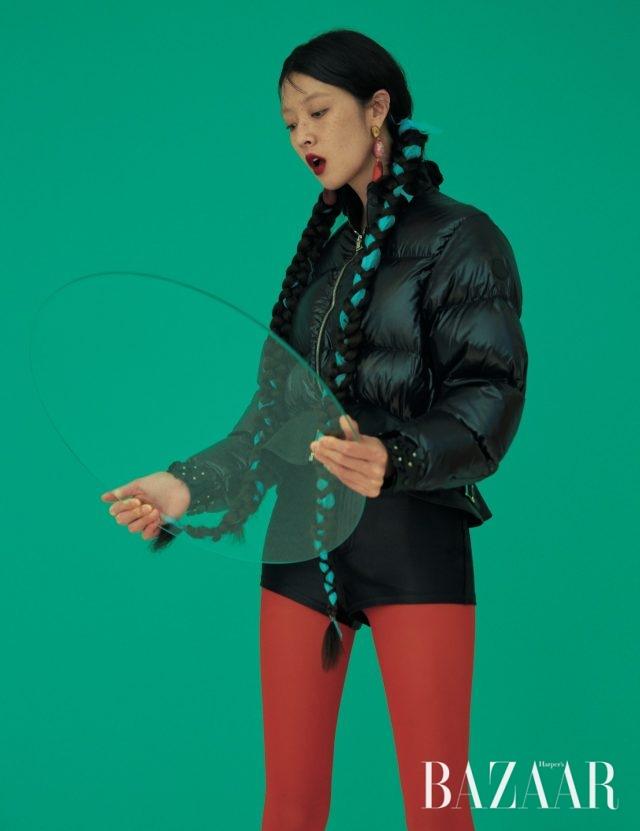 헴라인에 가죽 플레어 디테일이 돋보이는다운 재킷은 369만원으로6 Moncler Noir Kei Ninomiya, 귀고리는 33만원대로 Dinosaur Designs by Net-A-Porter,쇼츠는 에디터 소장품.
