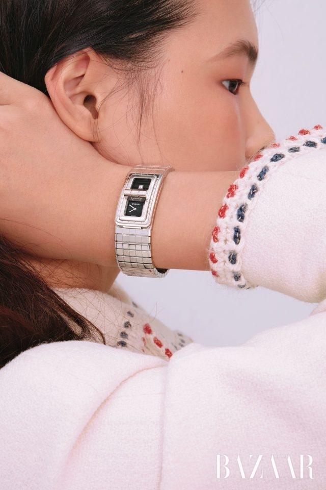 두 개의 다이얼을 가진 '코드 코코' 워치는Chanel Watch.화이트 재킷은 Chanel 제품.
