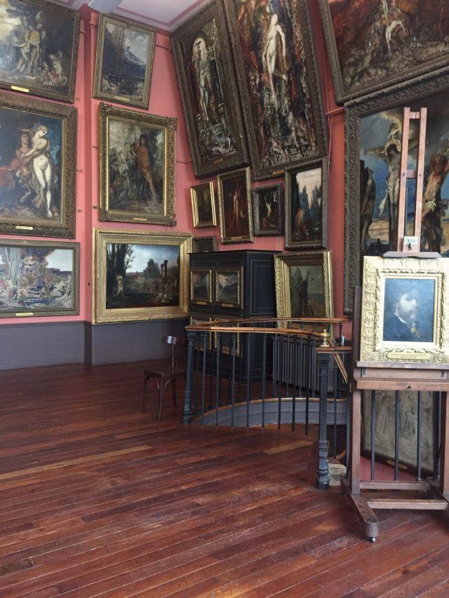 드라마틱한 귀스타브 모로의 그림으로 가득한 방.