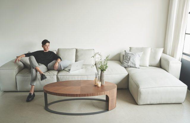 셔츠와 팬츠는 모두 Lanvin,슈렁큰 천연 면피 가죽 소재로 제작된 친환경적인 4인용 헤비츠 소파는 215만원으로 Jakomo 제품.